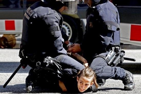 Los Mossos d'Esquadra detienen a un antisistema en la Ronda Sant Antoni
