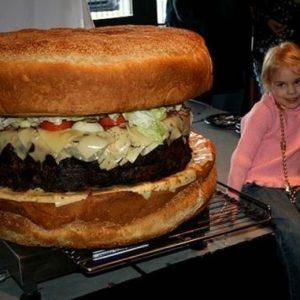 Crean la hamburguesa más grande del mundo 23