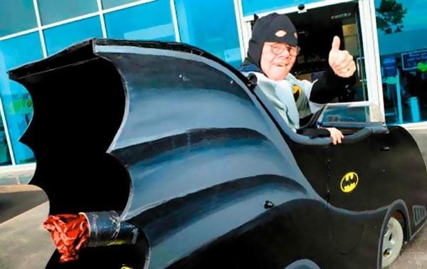 Convierte su silla de ruedas en un Batmóvil 13