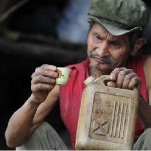 Un chino lleva 42 años bebiendo a diario gasolina porque es bueno para la salud 7