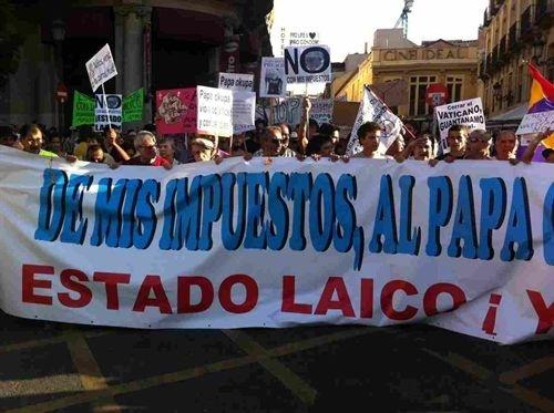 2ec788b5d2483f73e1f9efd1de8baaf4 - Manifestantes contrarios a la JMJ marchan al grito 'De mis impuestos, al Papa cero'
