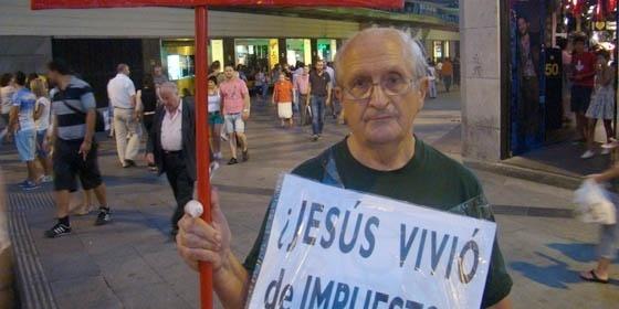 Martín Sagrera recibe un navajazo de un ultra-católico por llevar un cartel contra la visita del papa 2