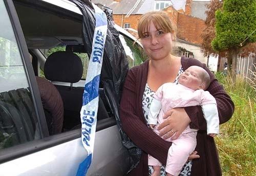Policias destrozaron los cristales de un coche para rescatar una muñena 13