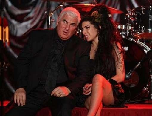 7081cca2f9cd0c06f2cce9e93d01dda9 - El padre de Amy Winehouse regala la ropa de su hija a los fans