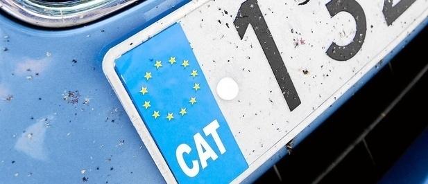 Multa por llevar el distintivo CAT en la matrícula 4