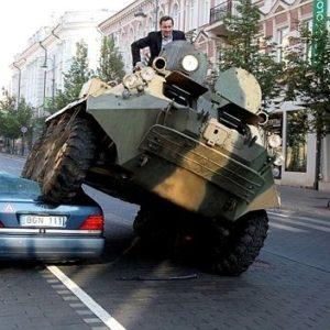 Un alcalde lituano destroza un Mercedes con un tanque 19