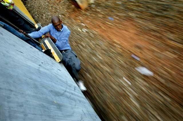 8ada8b01a991faf3f98f4a7470382ef6 - Surfeando trenes en la India desafian la muerte para lucirse con las chicas