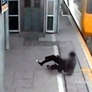 Adolescente cruzando frente un tren de alta velocidad se salva por muy poco 8