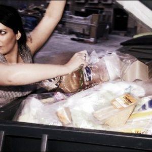 Por el reparto gratuito a personas necesitadas de la comida sobrante de supermercados y restaurantes 11