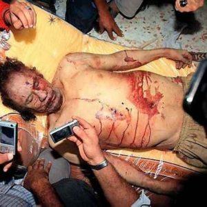 El dilema de qué hacer con el cadáver de Gadafi 22