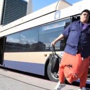 Un hombre con un escroto de 45 kilos busca un millón de dólares para operarse 24