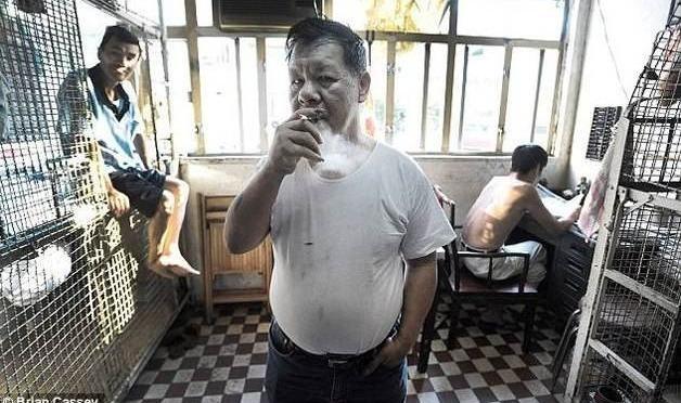 366b69d5a2be3152ac571d6c0b4cf068 - Espantosas imágenes - Pobres de Hong Kong viven en jaulas para animales