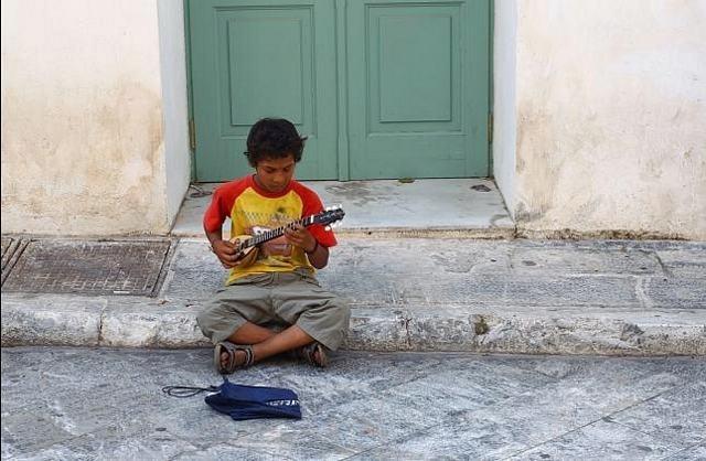 Los griegos abandonan a sus hijos en la calle porque no pueden mantenerlos 13