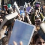 Cientos de personas protestan en Génova frente a la sede del PP 8