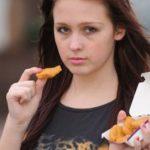 15 años comiendo nuggets y papas fritas la ponen al borde la muerte 9