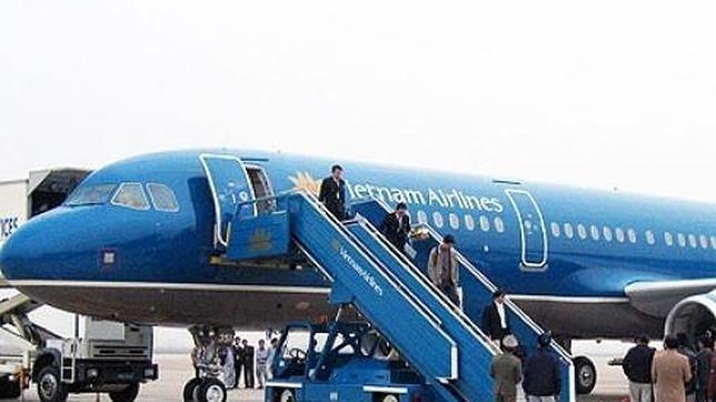 366f01a4eda9968fe14aabfaade9ef2b - Pasajero sentado junto a un bebé que lloraba abre la puerta de emergencia del avión