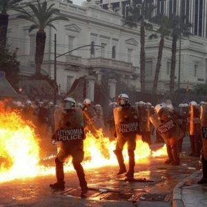 Atenas arde por la aprobación de los recortes en el Parlamento 27