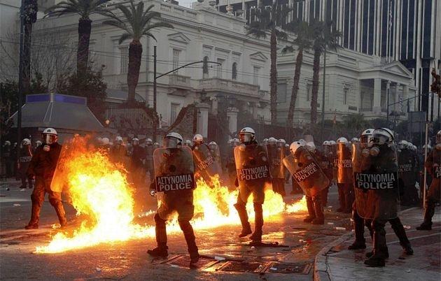 Atenas arde por la aprobación de los recortes en el Parlamento 4