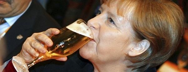 5671c3c7047948180bbdf6ffd0980214 - Angela Merkel se baña en cerveza