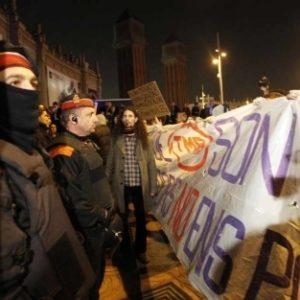 Manifestantes protestan ante el MWC 7