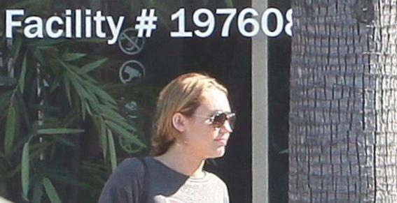 Paparazzis captan a Miley Cyrus saliendo de una tienda de marihuana 9