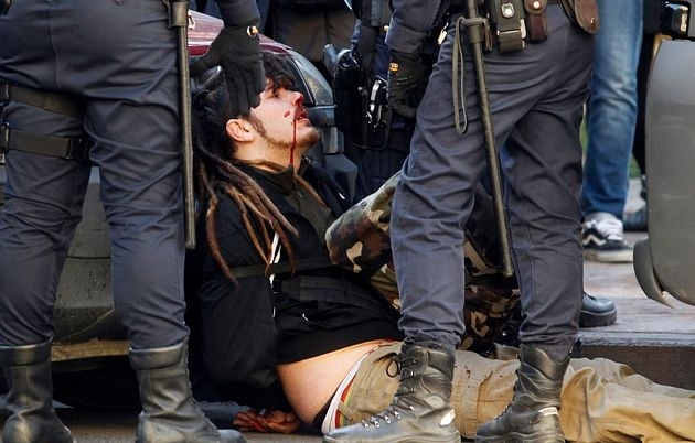 """Así trata la Policía en Valencia al """"enemigo"""": porrazos, agresiones a estudiantes y diputados… 2"""