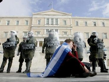 La Federación de Policías Griegos amenaza con detener a los representantes de la Unión Europea y del FMI 10