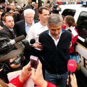 Detuvieron a George Clooney 17
