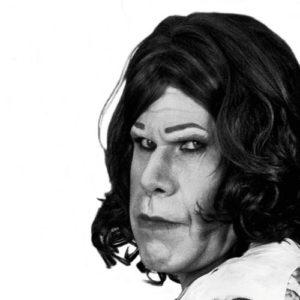 Ron Perlman es Hellboy con faldas y a lo loco 23