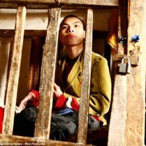 La terrible historia de un joven discapacitado cuya familia lo encerró en una jaula 18