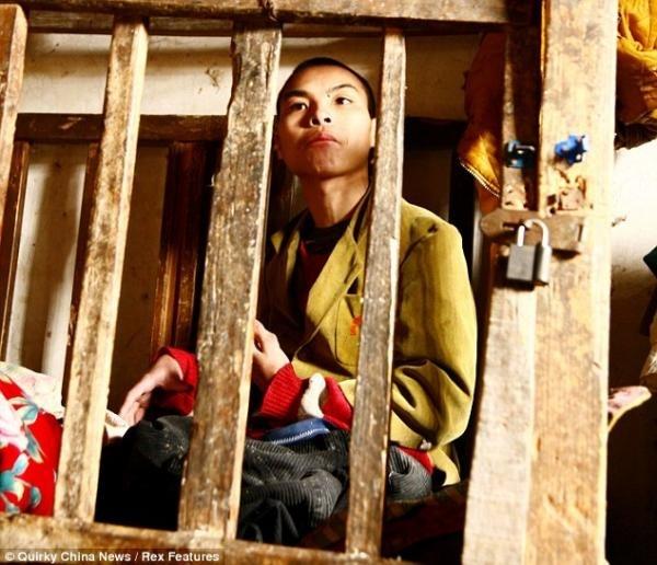 6e4b2528701707a3ed973fc804a3e209 - La terrible historia de un joven discapacitado cuya familia lo encerró en una jaula
