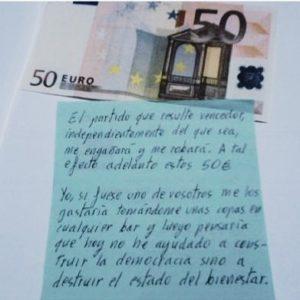 Un votante mete 50 euros en el sobre electoral 20