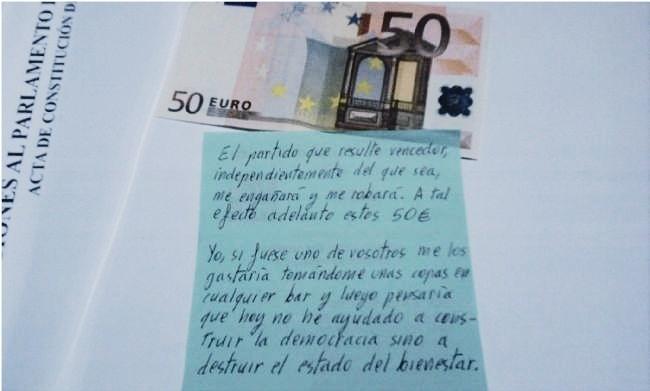 Un votante mete 50 euros en el sobre electoral 9