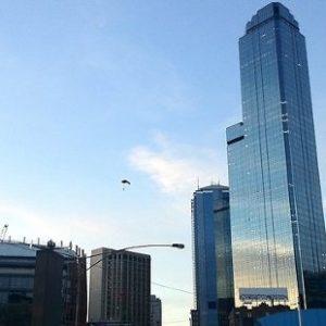 Cuatro hombres saltan desde un rascacielos en paracaídas para no pagar la cuenta 27