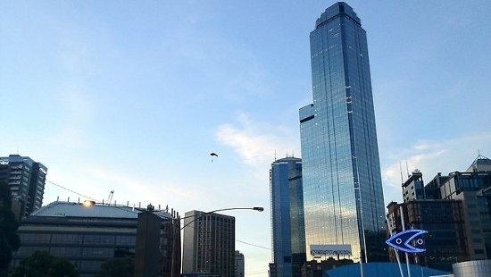 812050890ed1ab26e88fa235e95c52ba - Cuatro hombres saltan desde un rascacielos en paracaídas para no pagar la cuenta