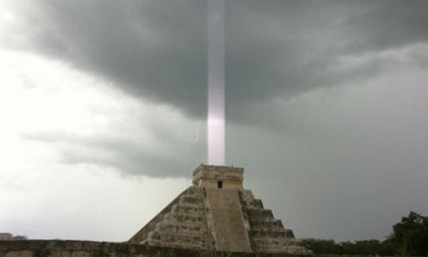Captan misteriosa luz sobre pirámide maya 5