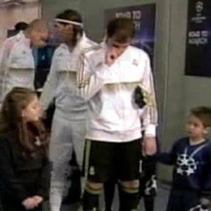 Video: El Cerdo Iker Casillas pega un moco a un niño 18
