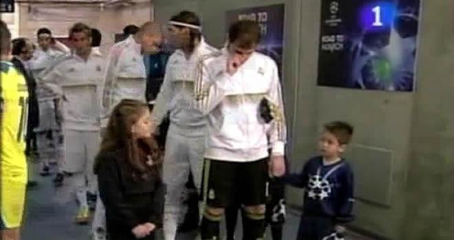 8d6f880cfd56a3587ea7277d22feb686 - Video: El Cerdo Iker Casillas pega un moco a un niño