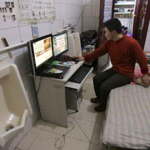 Una familia lleva seis años viviendo dentro de un baño público en China 9