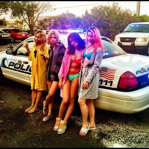 Selena Gomez ¡Arrestada y en bikini! 17