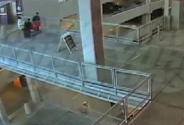 b8c76ee8ebbe7de4df8bd61f72161540 - Le arrojan un carro de la compra en la cabeza desde 15 metros de altura