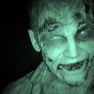 Un zombie en el cine para promocionar The Walking Dead 25