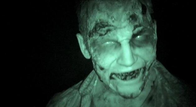 Un zombie en el cine para promocionar The Walking Dead 11