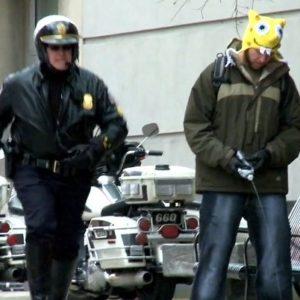 Broma  de cámara oculta a policias 24