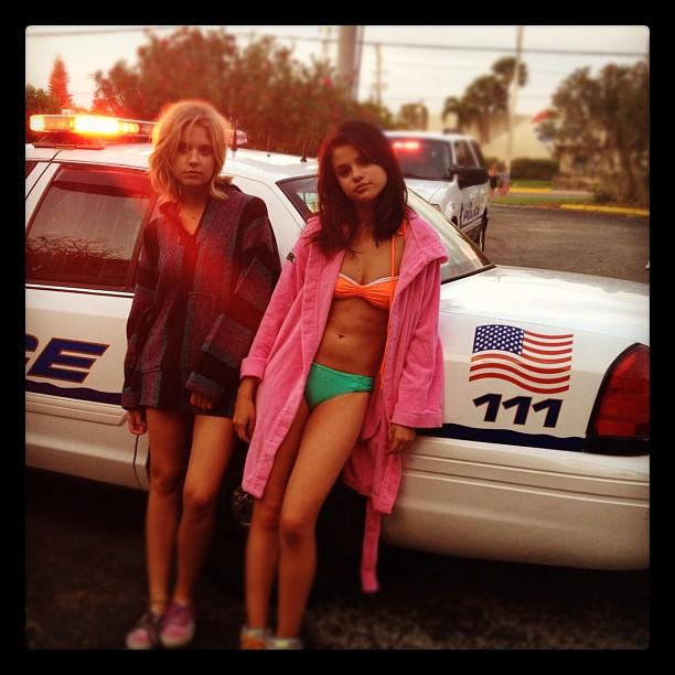 Selena Gomez ¡Arrestada y en bikini! 16