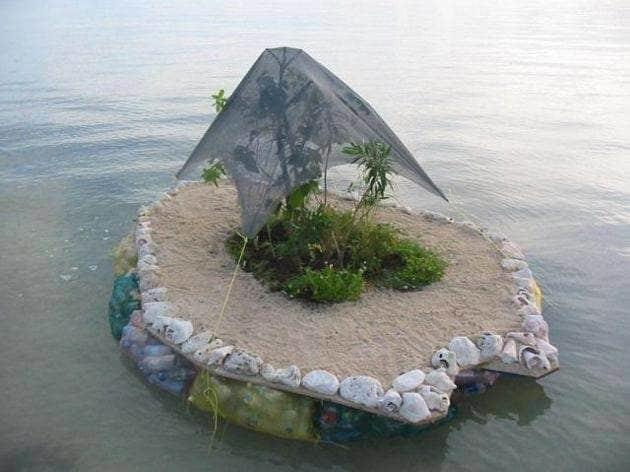 Isla hecha de botellas de plástico