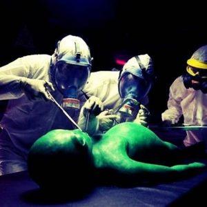 Le harán la autopsia a un extraterrestre en público para después comérselo 31