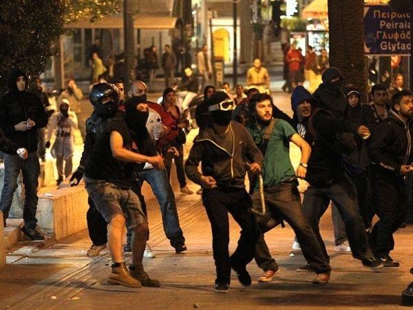 32699af76cfc6e0191d612ffd4e88ee9 - Grecia: segundo día de disturbios tras el suicidio del anciano por la crisis
