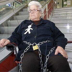Multada con 20 euros una anciana desahuciada que se encadenó a una sucursal bancaria 4