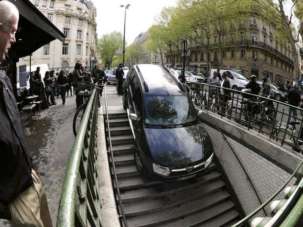 Conductor confunde escaleras de metro con aparcamiento 13